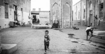 προσφυγόπουλο περιμένοντας την απόφαση ασύλου